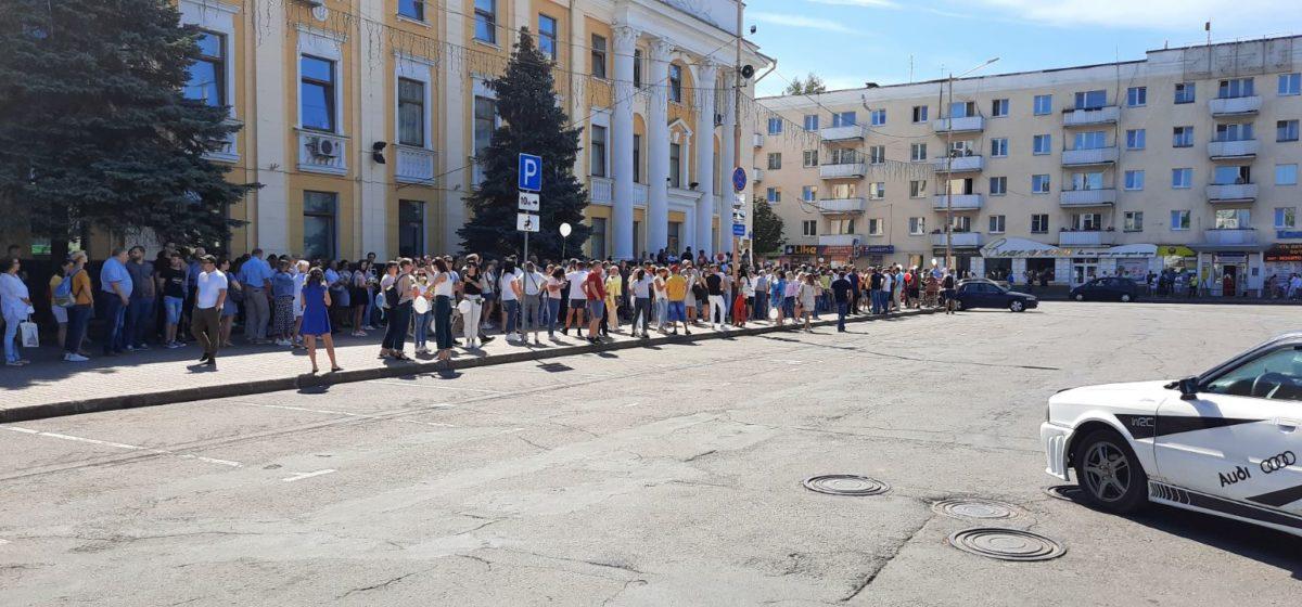 Несколько тысяч жителей Барановичей пришли к зданию исполкома и требуют, чтобы к ним вышел мэр города. Онлайн