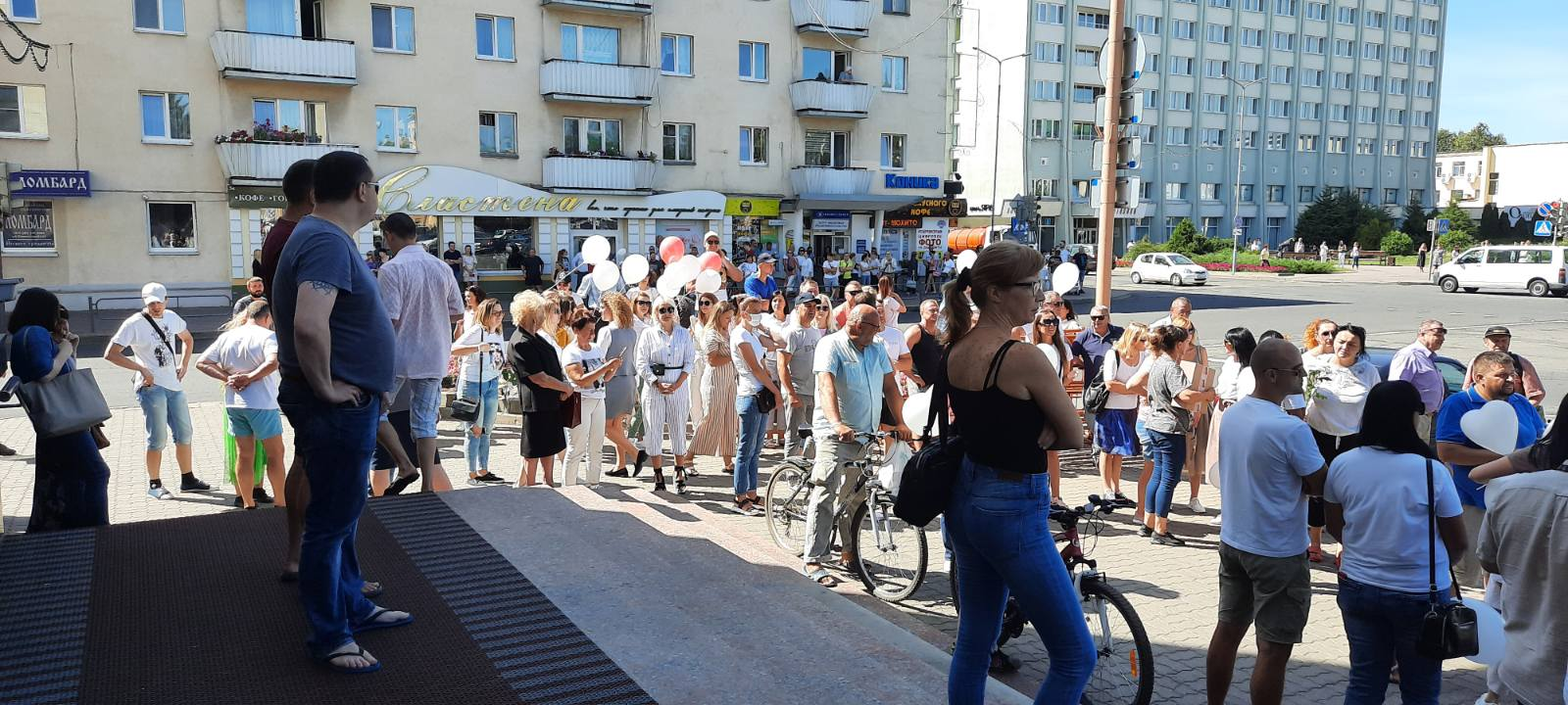Протесты у здания горисполкома 14 августа. Фото: Intex-press