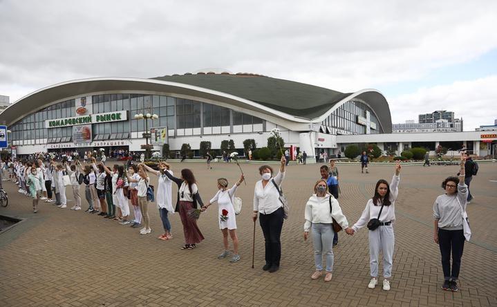 Сотни женщин в белой одежде встали в цепь в центре Минска в поддержку протестующих. Фото/видео