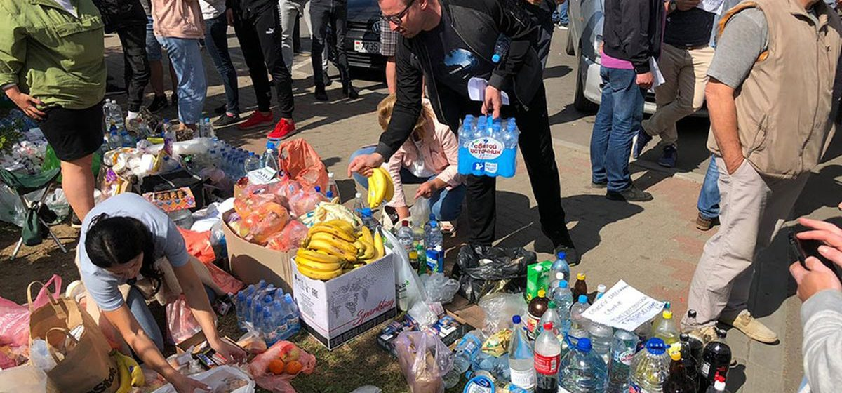 Невероятная картина. Сотни людей и «скатерть-самобранка», полная еды, у стен жодинского изолятора
