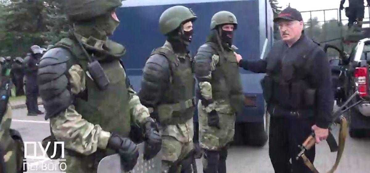 Александр Лукашенко на территории Дворца Независимости, 23 августа. Кадр из видео