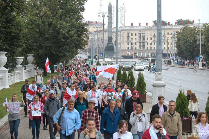 Колонна протестующих направляется к площади Независимости. Фото: TUT.by