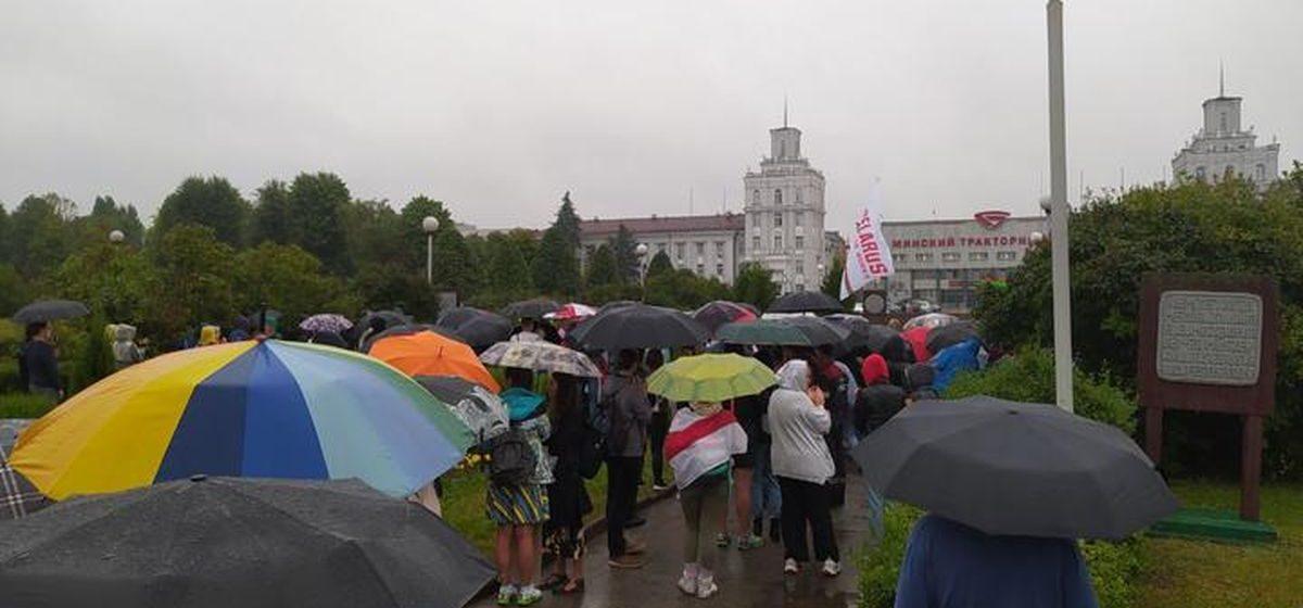 Беларуськалий вышел на митинг, возле МТЗ ОМОН разгоняет людей, власти запугивают бастующих