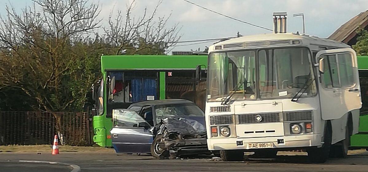 В результате столкновения автобуса и легкового автомобиля в Барановичах пострадал человек