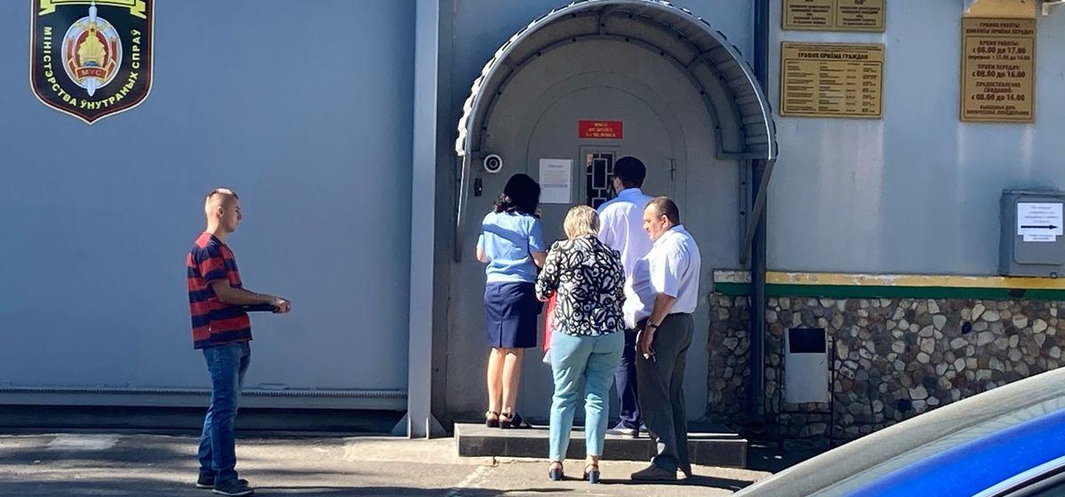 Горожане ждут, когда отпустят их родных. Фото: Ирина КОМИК