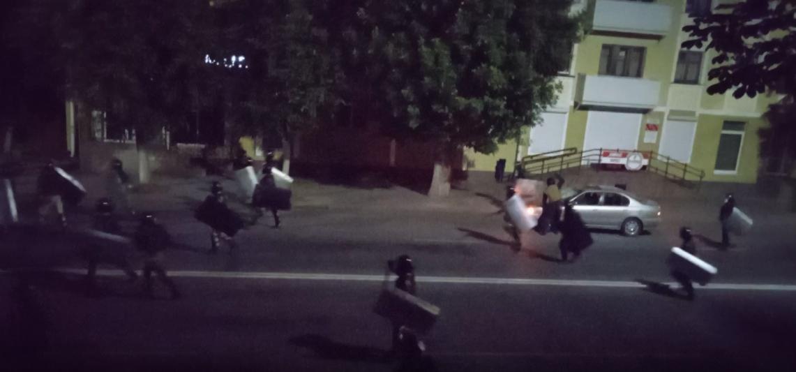 Сотрудник МВД разбивает припаркованную машину. Скрин видио