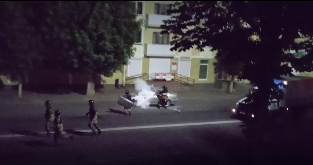 Сотрудники МЧС зачем-то заливают машину из огнетушителя. Скрин видео