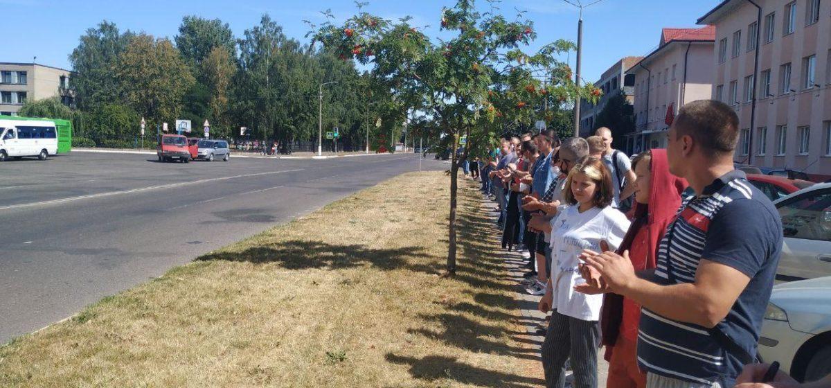 Работники барановичского авиазавода вышли на акцию против насилия. Фотофакт