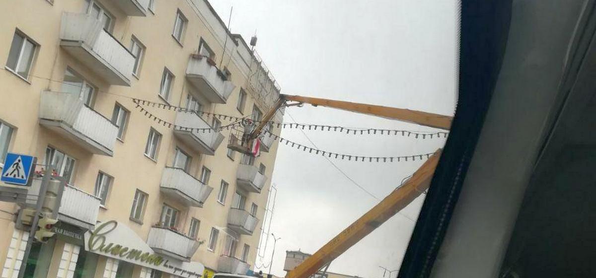 Снятие флага с балкона. Фото: читатель Intex-press