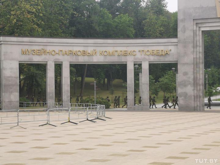 Сотни военных охраняют стелу в Минске. Фото: tut.by