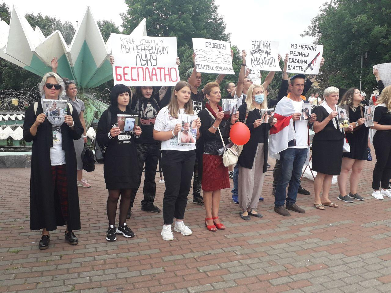 23 августа. Протестующие в Барановичах с фотографиями избитых людей. Фото: Intex-press