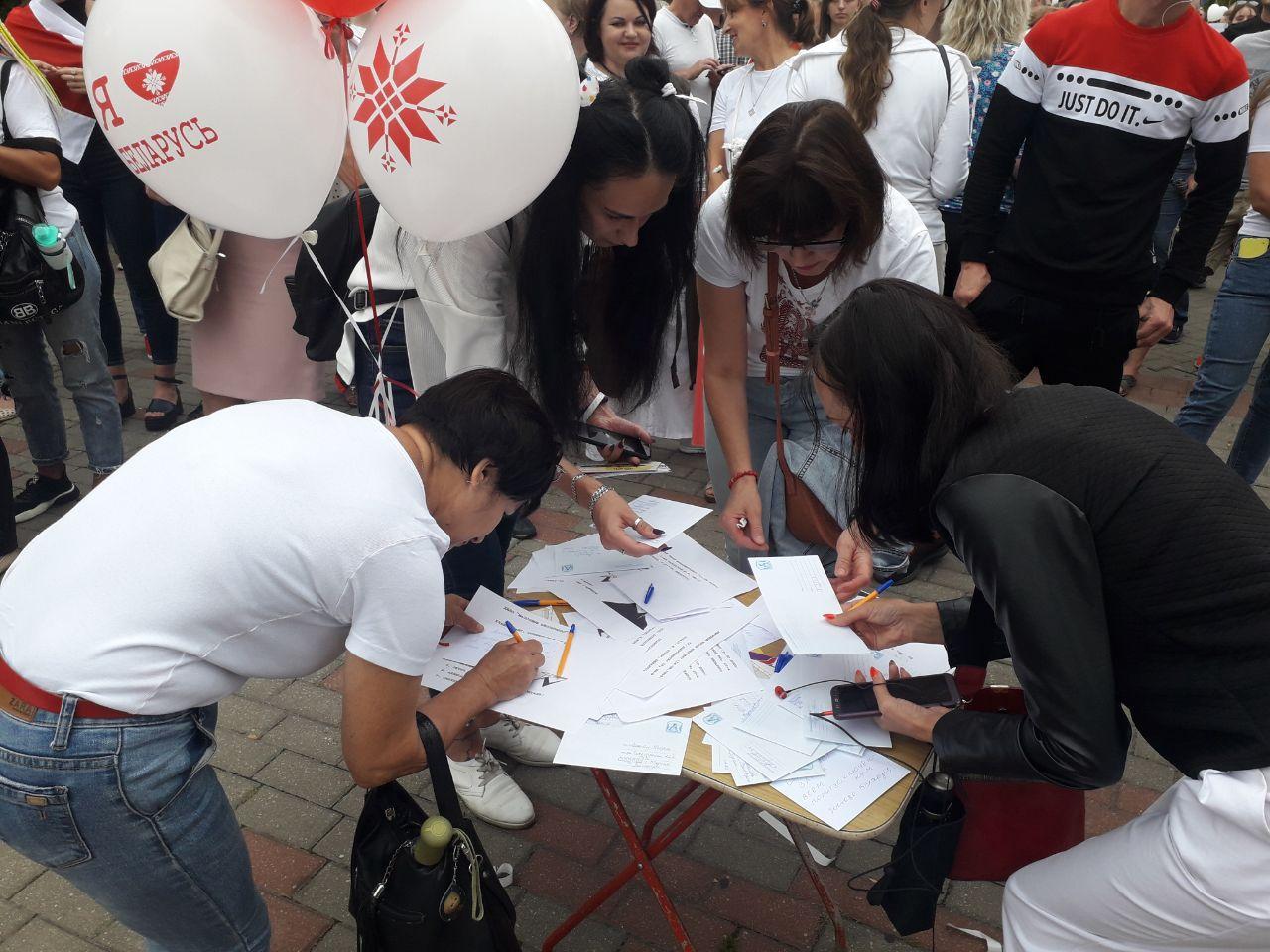 Протесты в Барановичах 23 августа. Люди подписывают открытки политзаключенным. Фото: Intex-press