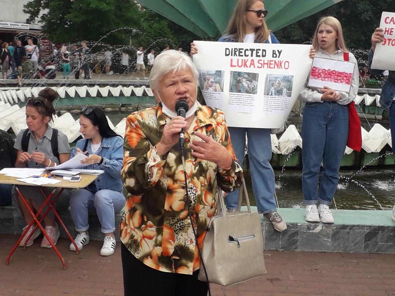 Женщина возмущена закрытием Купаловского театра. Фото: Intex-press
