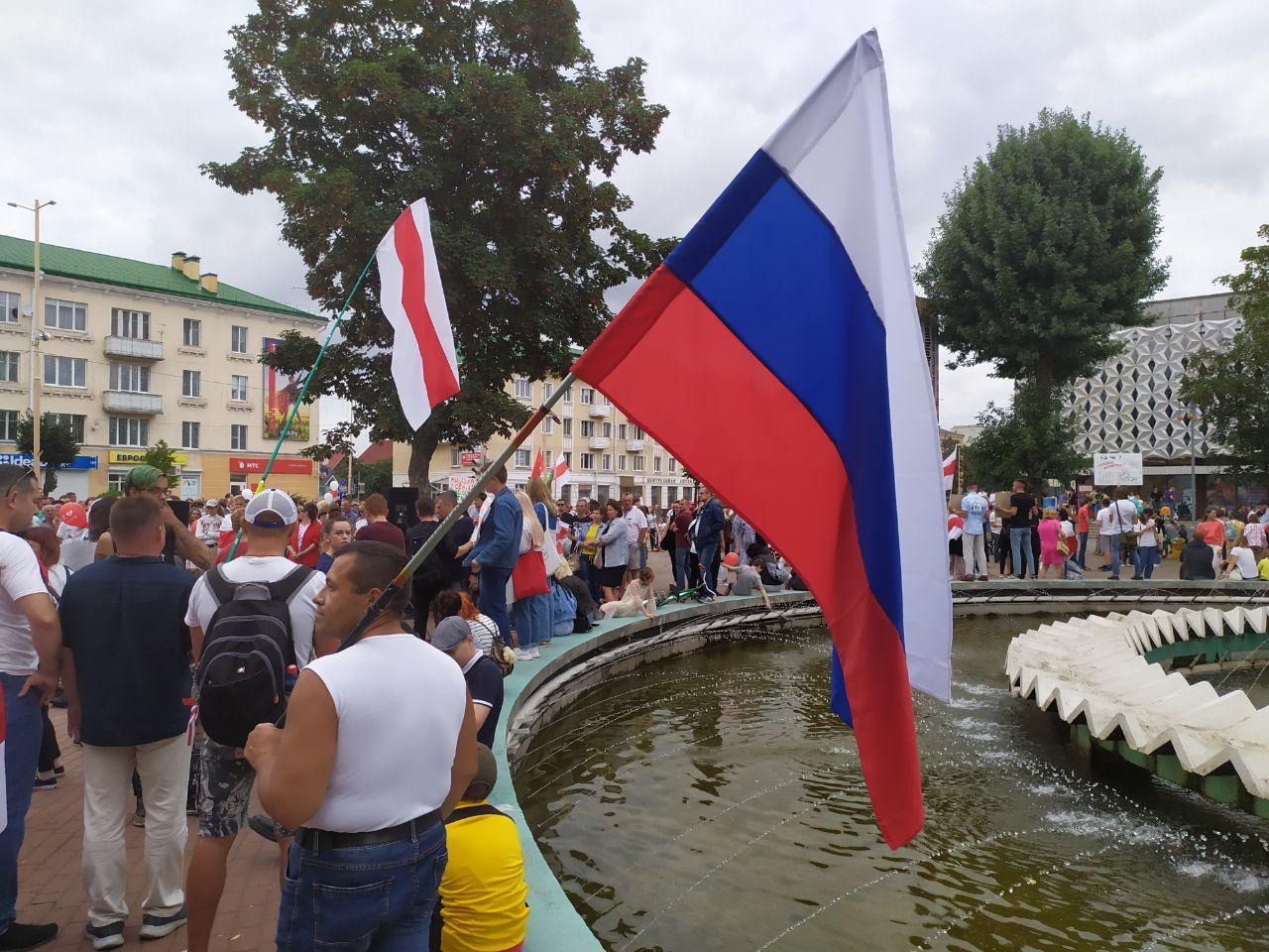 Протесты в Барановичах 23 августа. Мужчина пришел с российским флагом, чтобы поддержать протестующих. Фото: Intex-press
