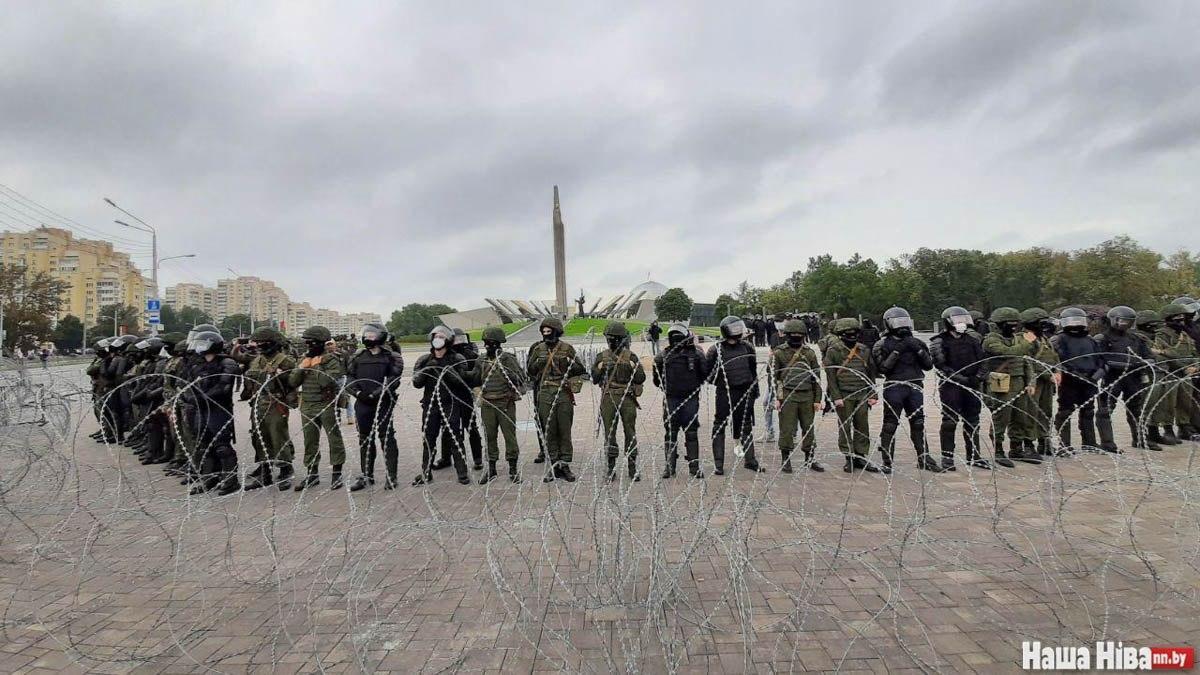 Сотни военных охраняют стелу в Минске. Фото: Наша Ніва
