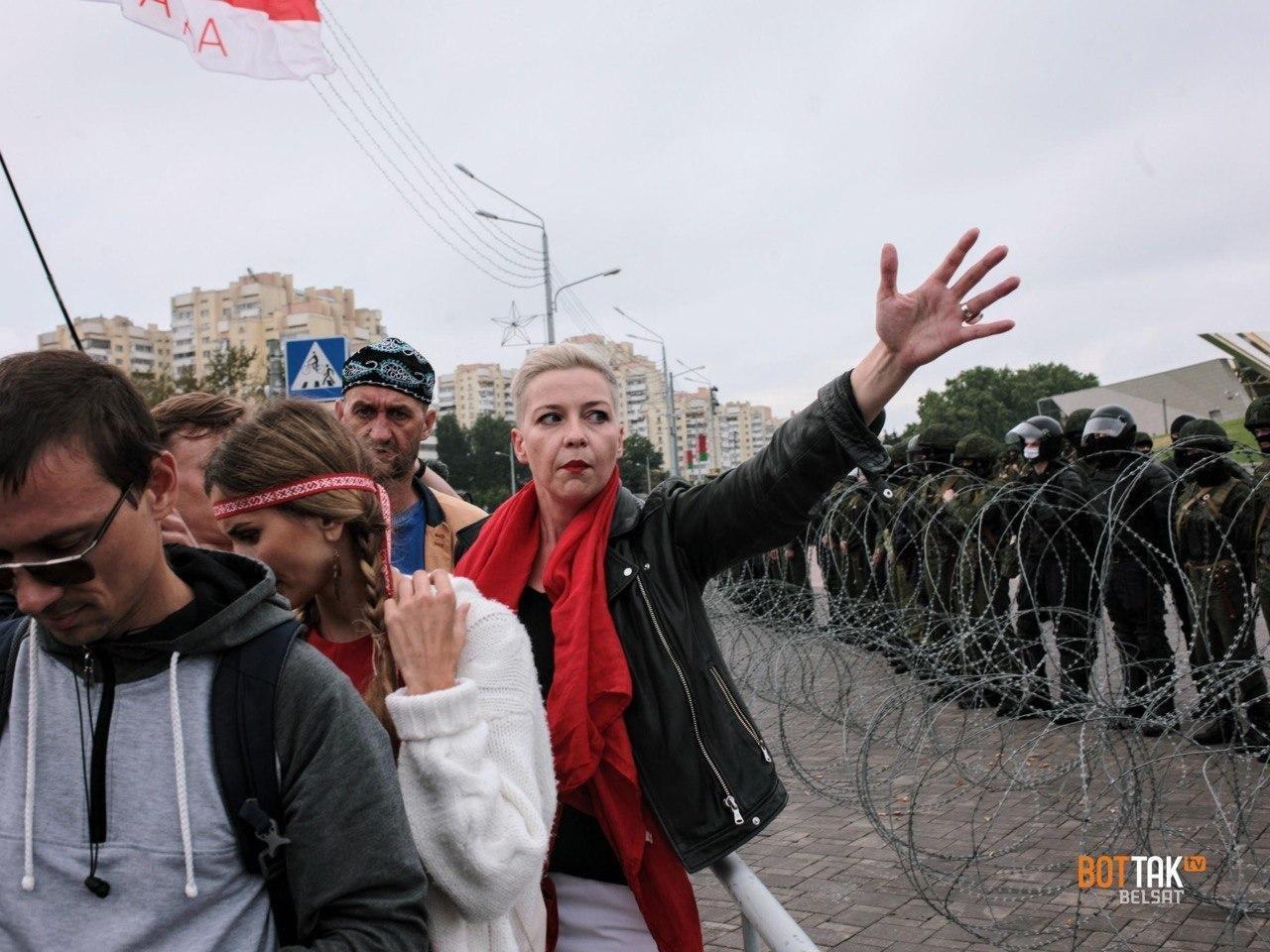 Мария Колесникова у стелы. Фото: БЕЛСАТ