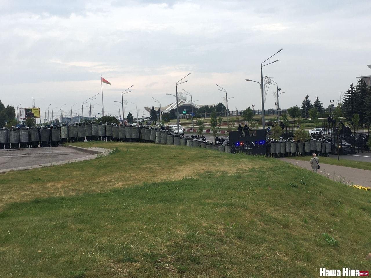 ОМОН и внутренние войска перегородили проспект Победителей в районе выставочного центра «Белэкспо». Фото: Наша Ніва