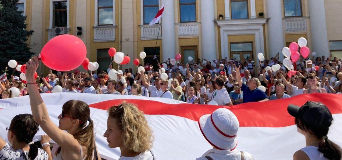 Тысячи людей собрались в центре Барановичей на мирную акцию протеста. Обновляется