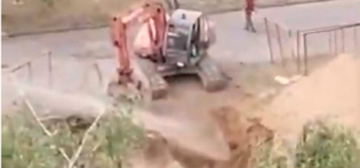 Экскаватор копал яму в Барановичах, и из-под земли забил фонтан. Видеофакт