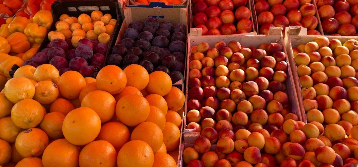 Что почем. На барановичском рынке подешевели огурцы и яблоки, появились «свои» груши