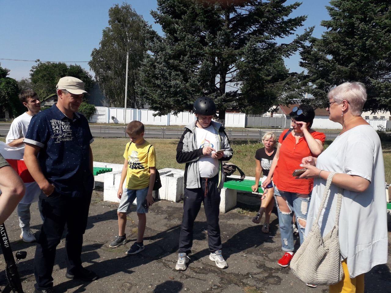 Горожане собираются на Марш мира и независимости в Барановичах. Фото: Татьяна МАЛЕЖ