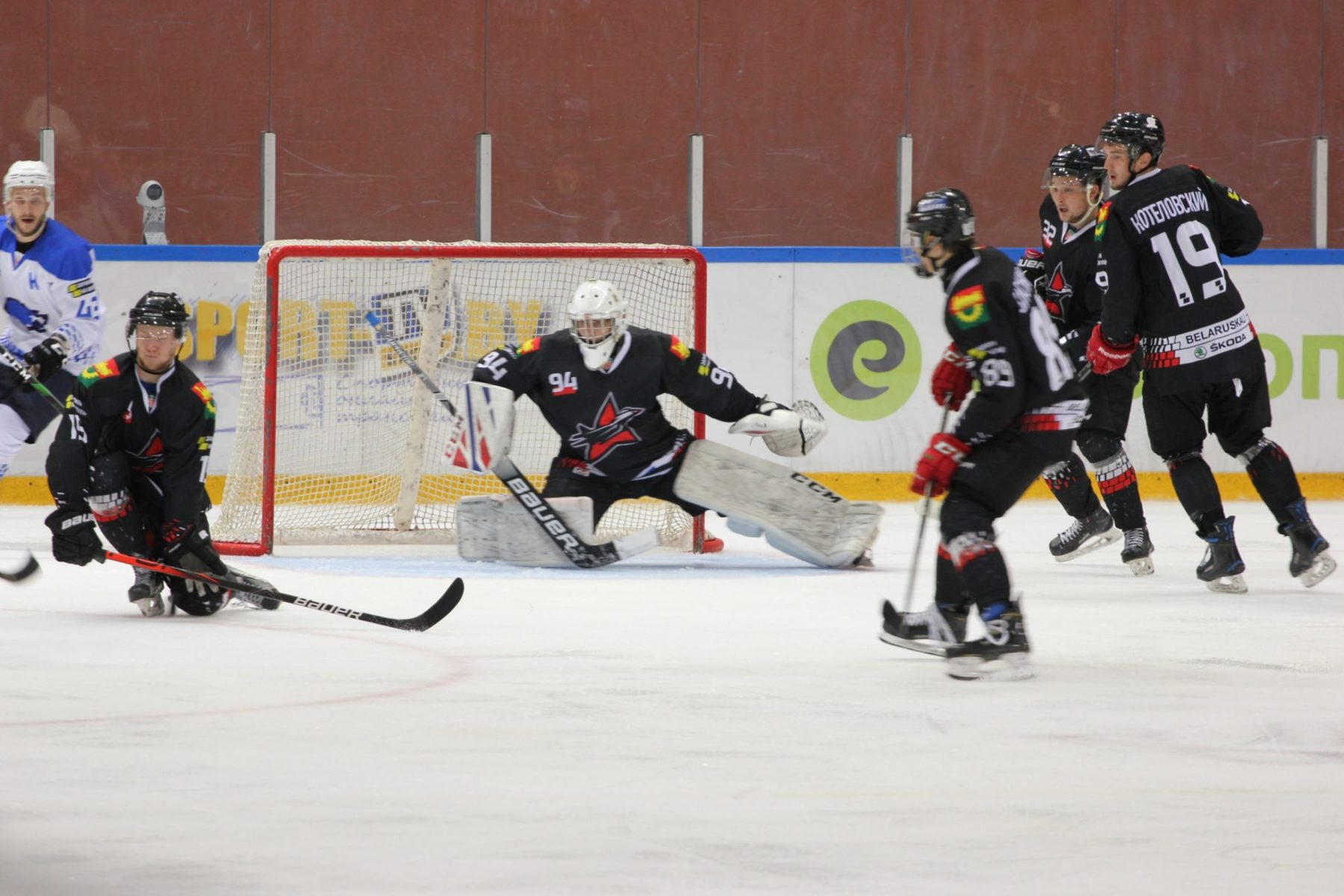 Голкипер Никита Мытник отражает атаку на свои ворота.