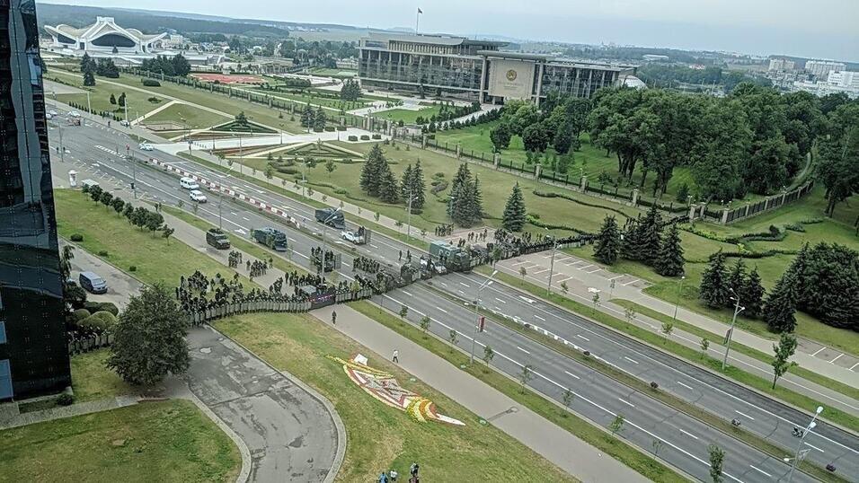 ОМОН и внутренние войска перегородили проспект Победителей в районе выставочного центра «Белэкспо». Фото: Чай з малінавым варэннем