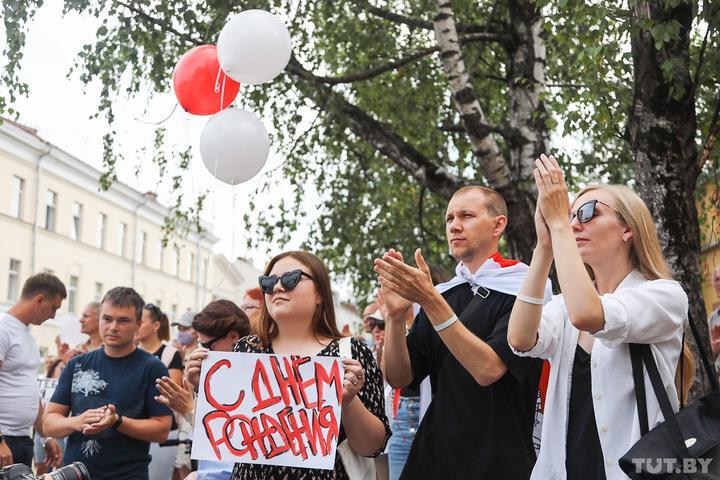 Белорусы пришли к Володарке поздравить Сергея Тихановского с днем рождения