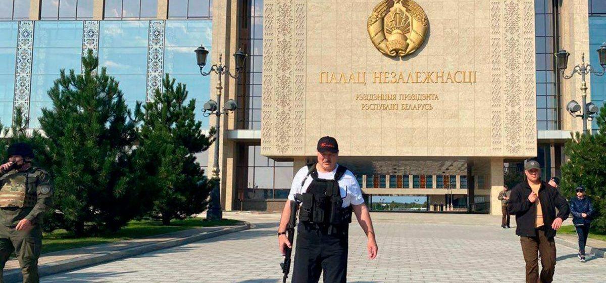 Лукашенко снова взялся за автомат