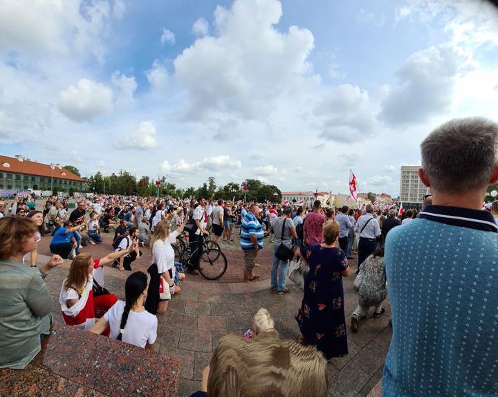 В Гродно люди встали на колени в память о погибших. Фото: TUT.BY
