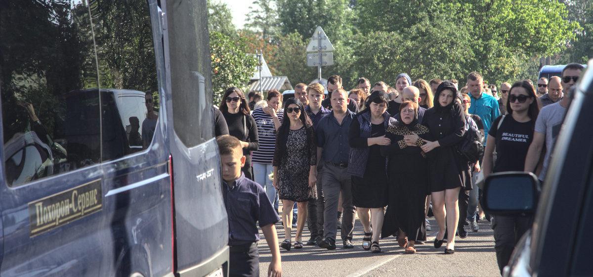 Как в Жабинке проходили похороны Геннадия Шутова, раненного силовиками во время протестов