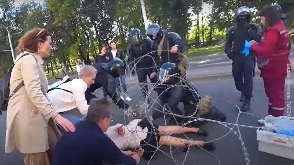 В Минске мотоциклисты ГАИ въехали в «колючку», а та порвалась и окутала женщину. Что об этом известно