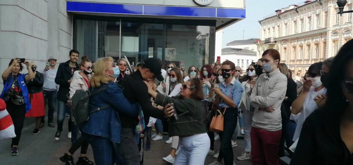 Штраф 405 рублей и 10 суток ареста. В Гродно вынесли приговор женщине, сорвавшей на митинге с человека в штатском маску