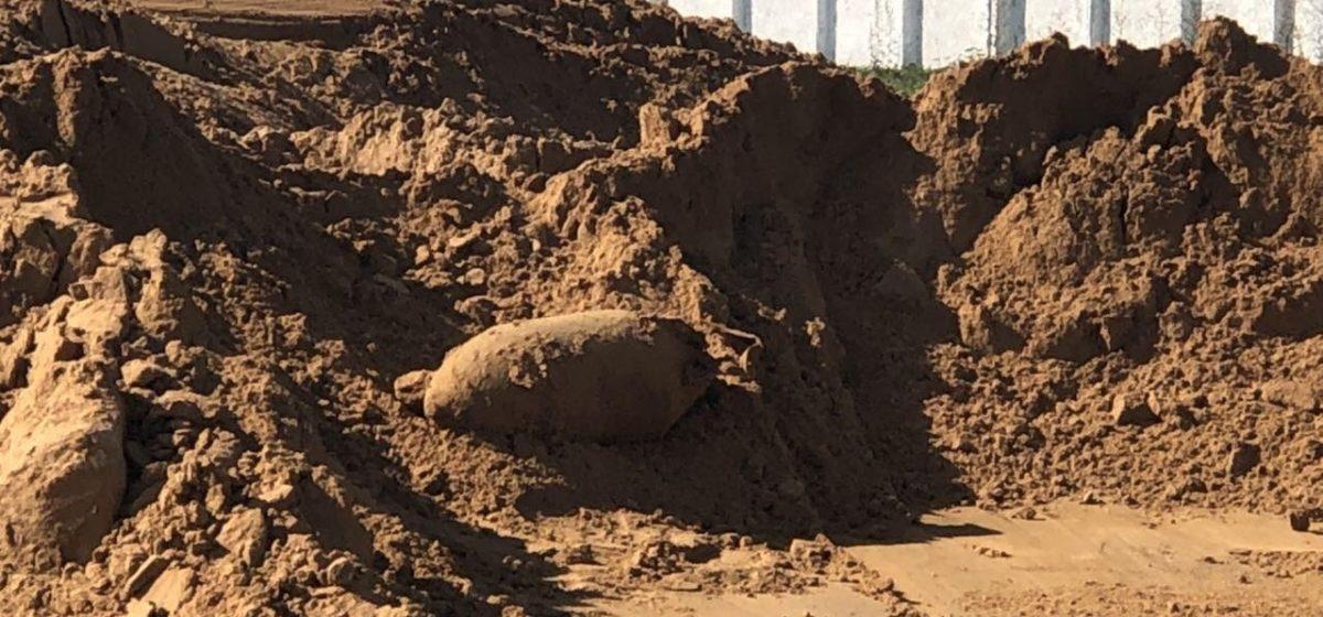 Стокилограммовая авиабомба выпала из ковша экскаватора в Барановичском районе. Видео