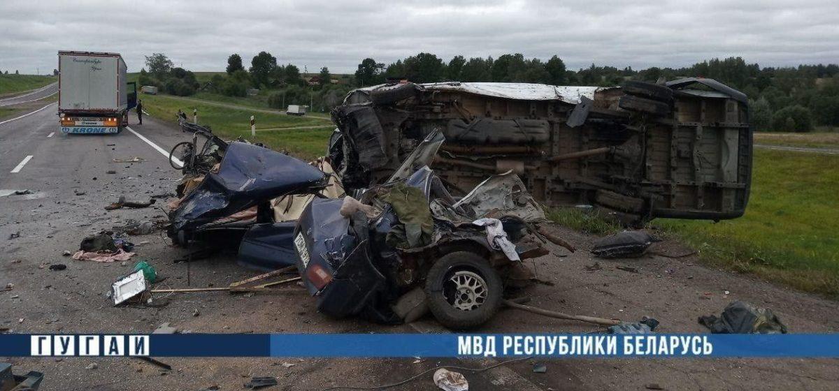 Страшное ДТП под Оршей: погибли два человека, от легковушки почти ничего не осталось. Видео
