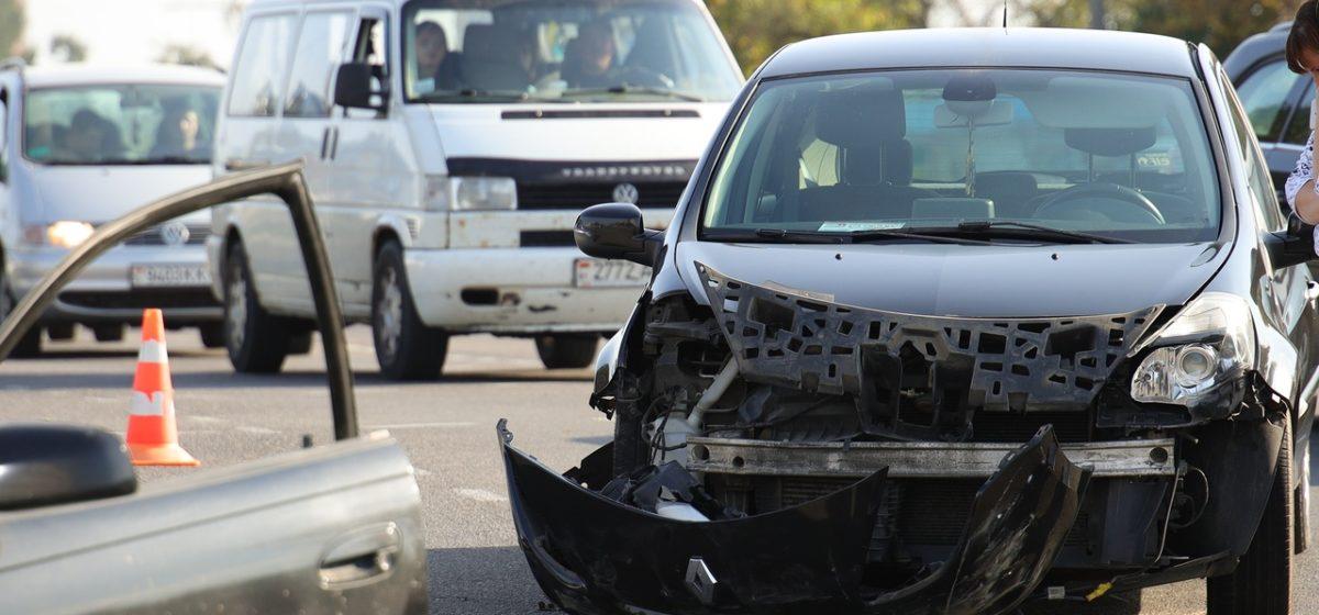 Две легковушки столкнулись в Барановичах. В одном из авто были дети
