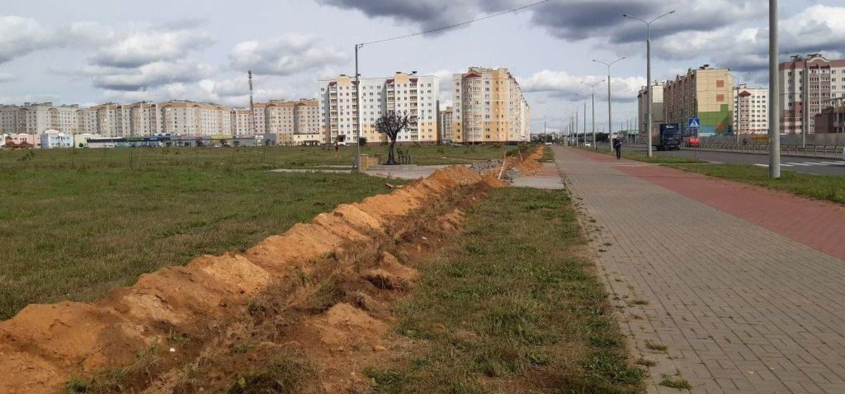 «Разрыли полмикрорайона». Зачем вдоль улиц в Боровках в Барановичах выкопали длинный ров