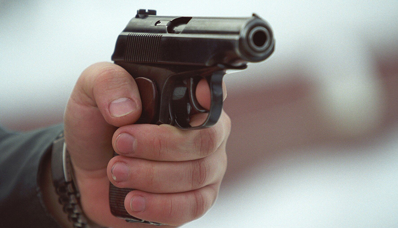 Мужчина угрожал пистолетом соседу по автомобильной парковке в Барановичах