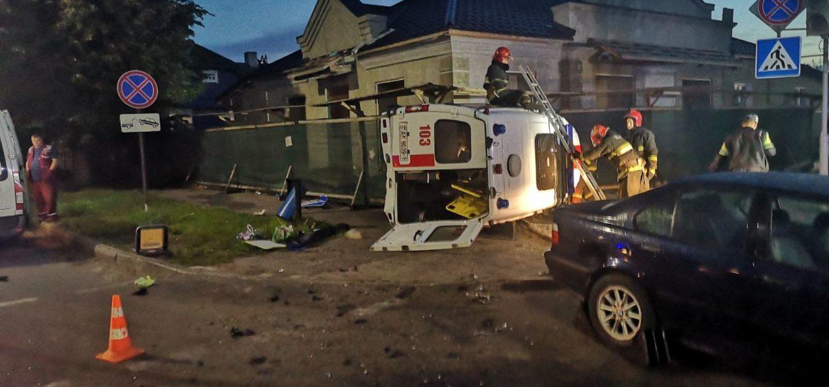 Скорая помощь и BMW столкнулись в Барановичах. Пострадал пациент скорой. Фото/видео
