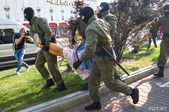 Политолог: Если насилие «силовиков» законно, то чего они так боятся? Спасителей страны в любом обществе чествуют, а их портреты везде сияют
