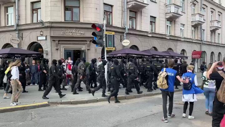 Фото с той самой акции. Журналисты TUT.BY — справа, в синих жилетах с надписью «Пресса», Не идут в колонне, никого не координируют, а выполняют свою работу