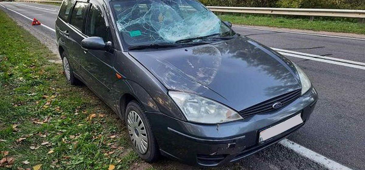 Из кузова грузовика на легковой автомобиль вывалилась металлическая труба в Ляховичском районе