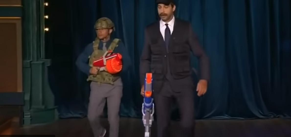«Ну че, разбежались крысы?» Иван Ургант спародировал Александра Лукашенко с автоматом. Видео
