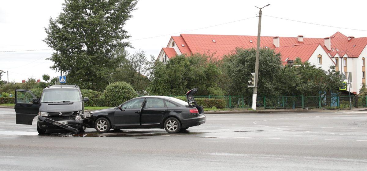 «Ауди» и «Фольксваген» столкнулись в Барановичах