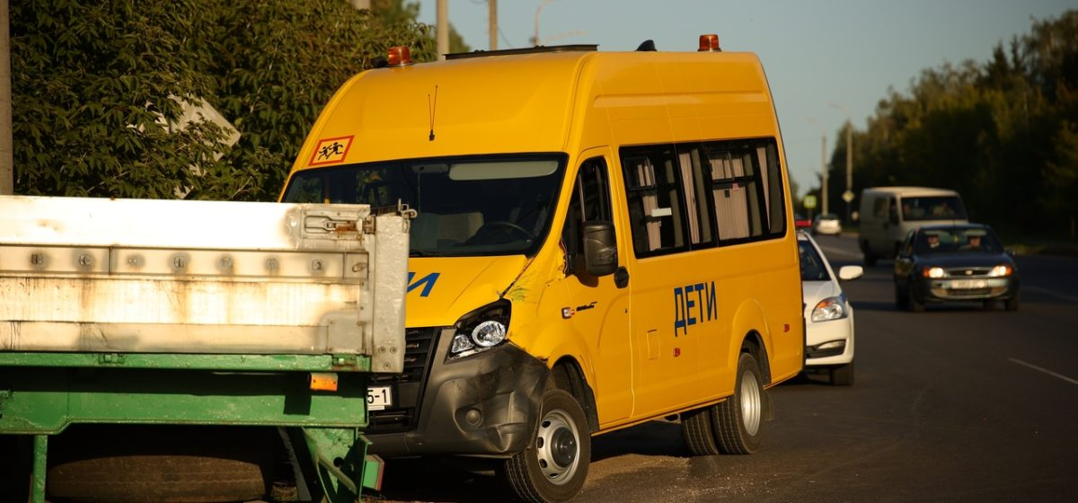 Водитель «МАЗа» зацепил бус, перевозивший детей, не заметил столкновения и уехал с места ДТП, но его вернули очевидцы