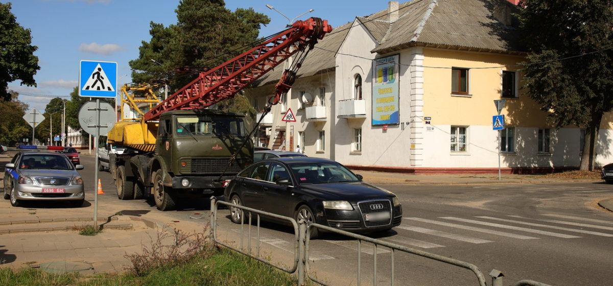 Автокран и «Ауди» столкнулись на пешеходном переходе в Барановичах