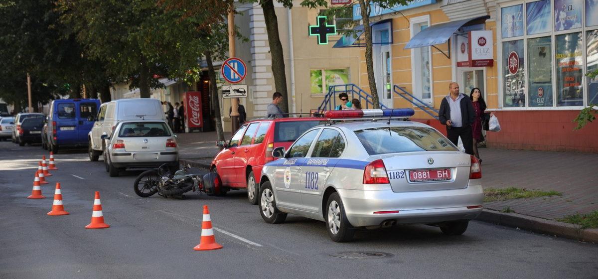 Мотоцикл врезался в легковушку в Барановичах. После удара мотоциклиста отбросило на припаркованный автомобиль