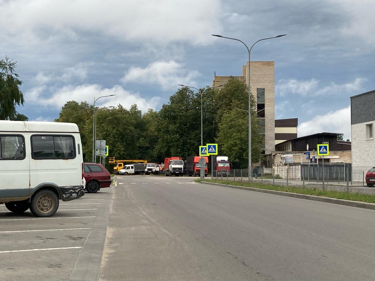 Множество спецтехники стоит возле Барановичского хлебозавода. Фото: Intex-press