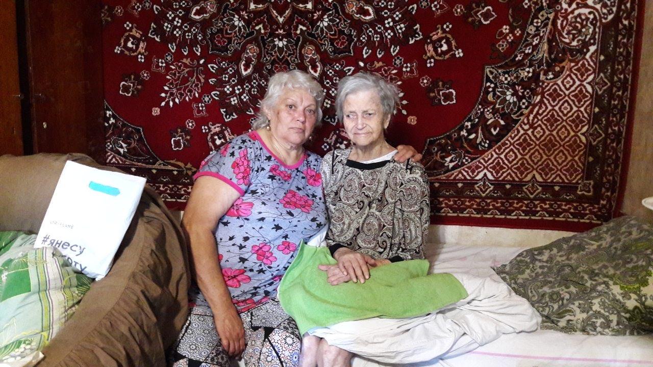 Светлана Кутикова с 99-летней матерью Анной Буренковой. Фото: Семейный архив