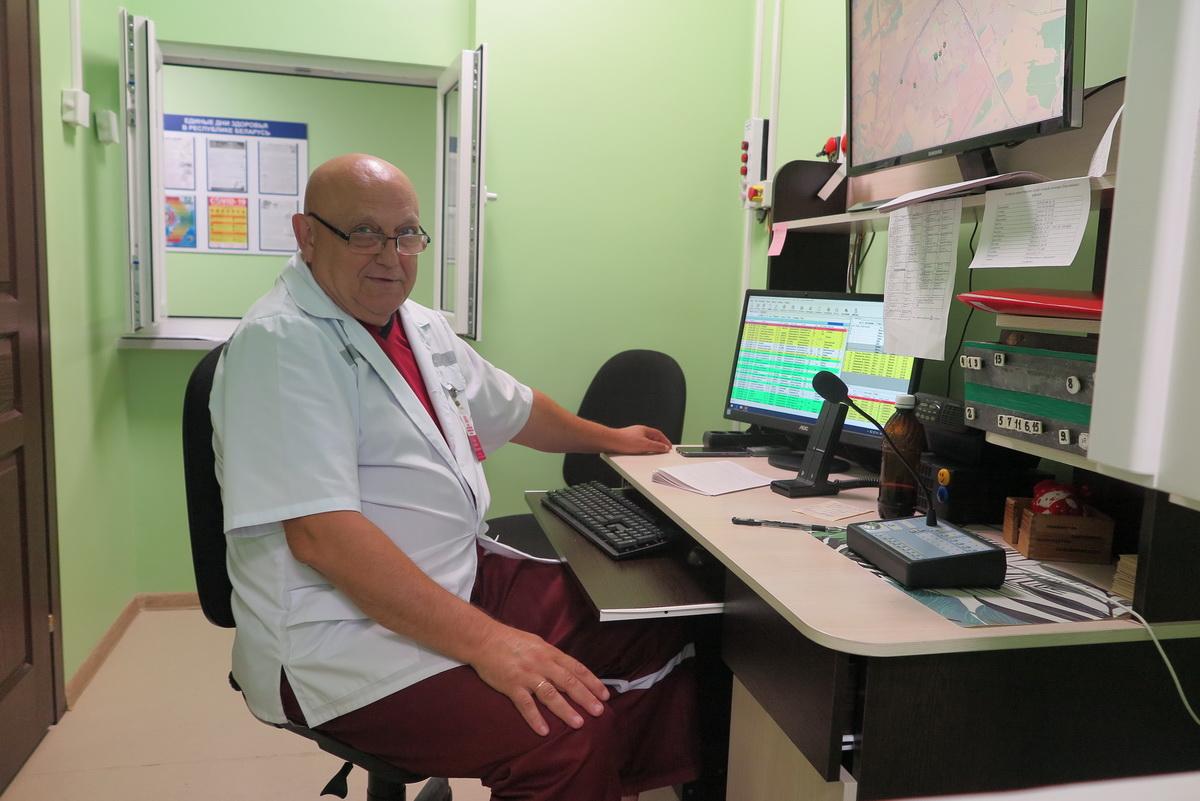 Валерий  Кисель – один из диспетчеров Барановичской станции скорой неотложной медицинской помощи.  Фото: Диана КОСЯКИНА